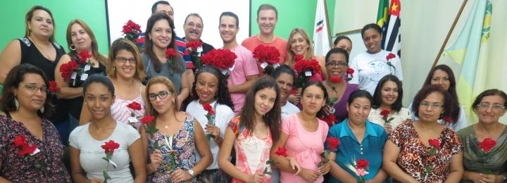 Acidi faz entrega de rosas no centro de Itaquaquecetuba em homenagem ao Dia Internacional da Mulher